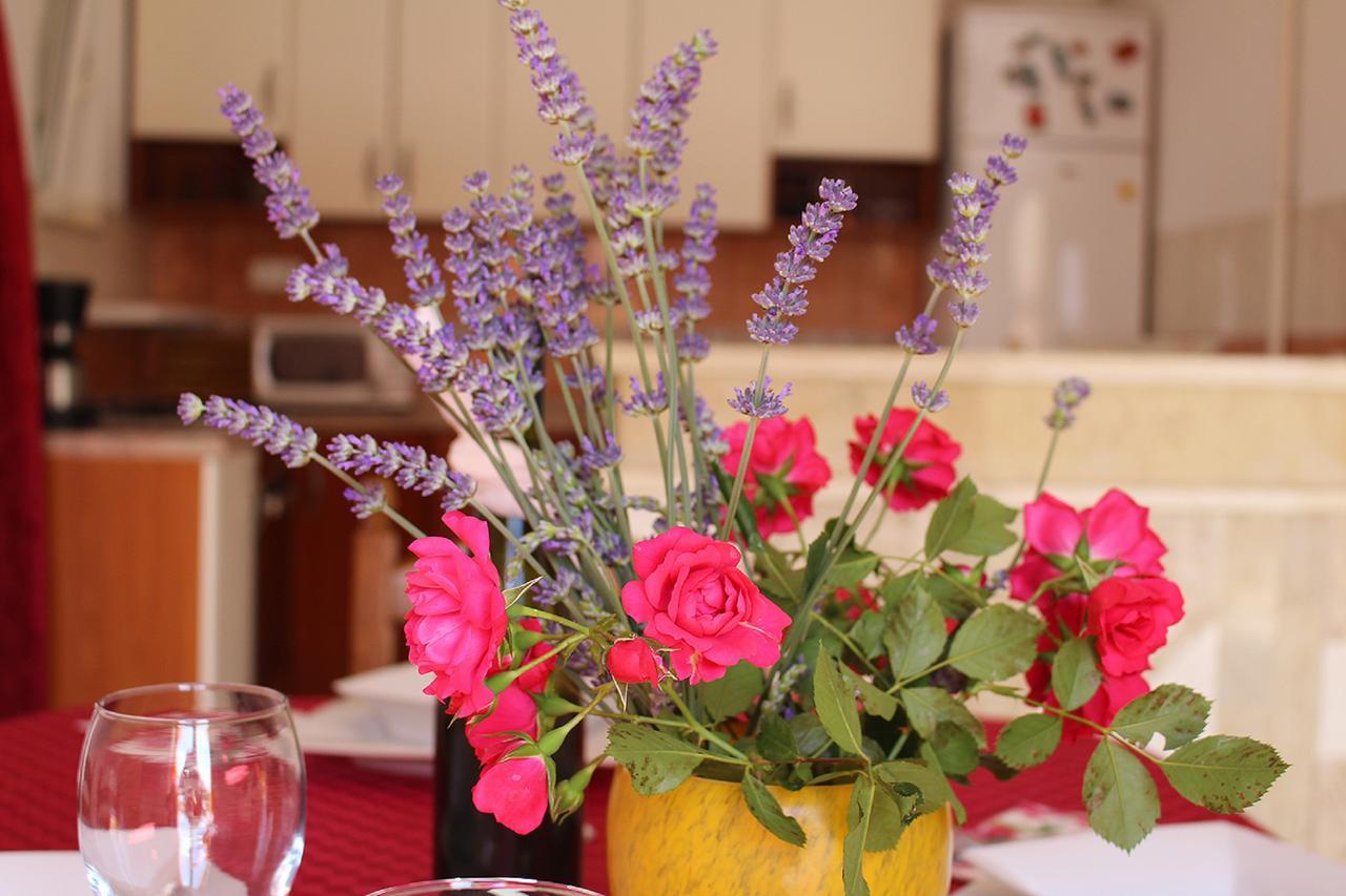 fd1 florist designed bouquet in a vase of apartments solta neaujam croatia booking com for 101574254