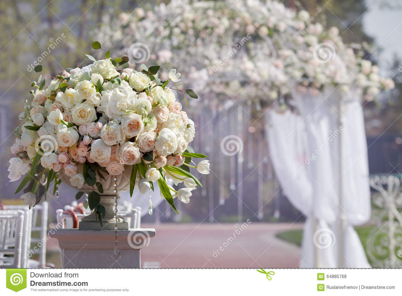 29 Elegant How to Hold Artificial Flowers In A Vase 2021 free download how to hold artificial flowers in a vase of beautiful bouquet of roses in a vase on a background of a wedding regarding beautiful bouquet of roses in a vase on a background of a wedding arch