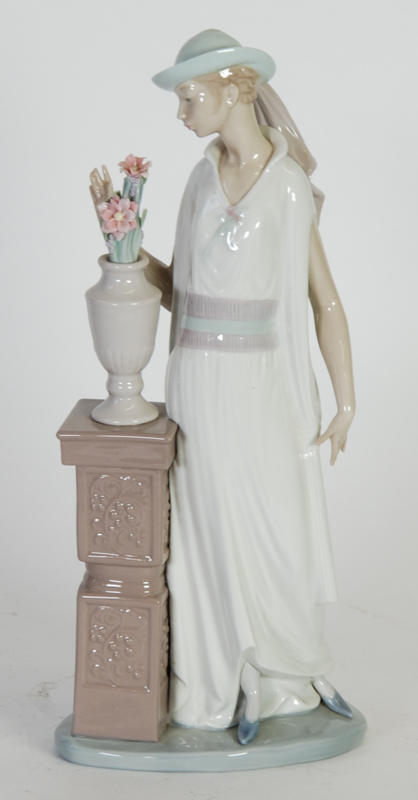 lladro vase flowers of lladro porcelain figure of a lady standing beside a vase of flowers for lot 333 lladro porcelain figure of a lady standing beside a vase of flowers on