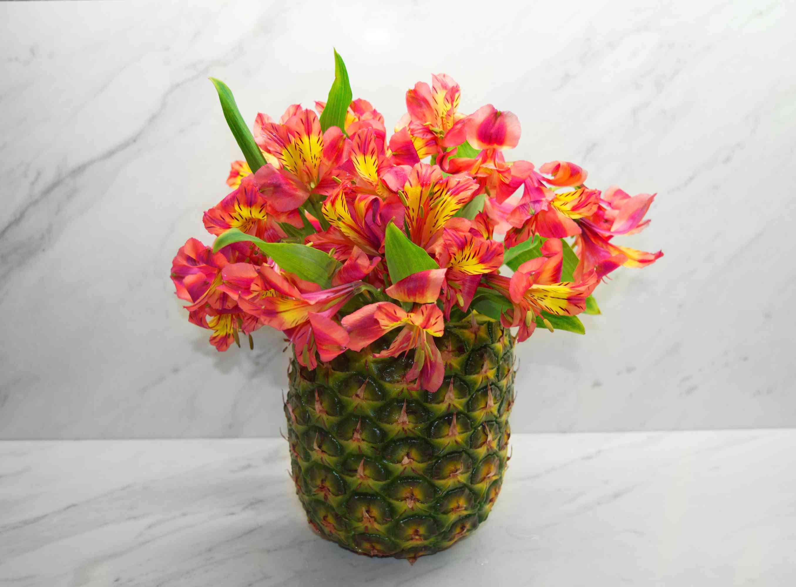 pink and white ceramic vase of diy pineapple vase floral arrangement inside diy pineapple vase 2 56a262c83df78cf77274f3d3