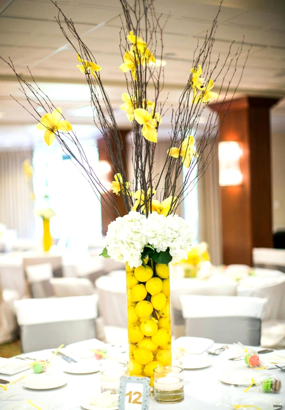 14 Perfect Vase Centerpiece Ideas for Weddings